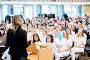 Dorthe holder tale for nyuddannede sygeplejersker i 2019
